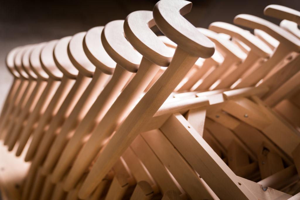 Puuvalmiita tuolin runkoja